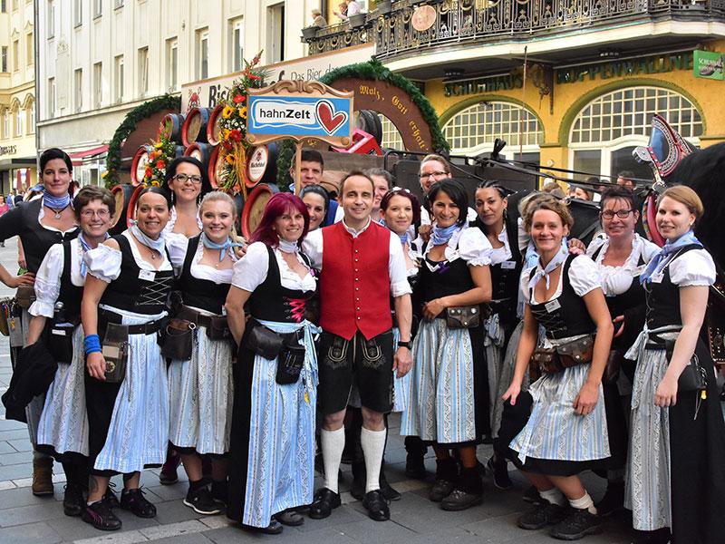 Festwirt Michael Hahn mit seinen Bedienungen am Volksfestumzug vor dem Brauereigespann