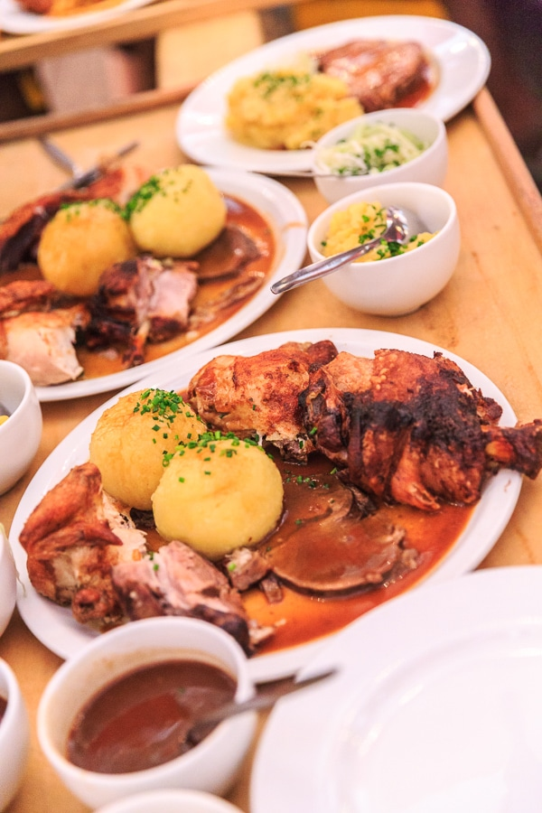 Voller Kellnerschlitten mit leckeren Gerichten